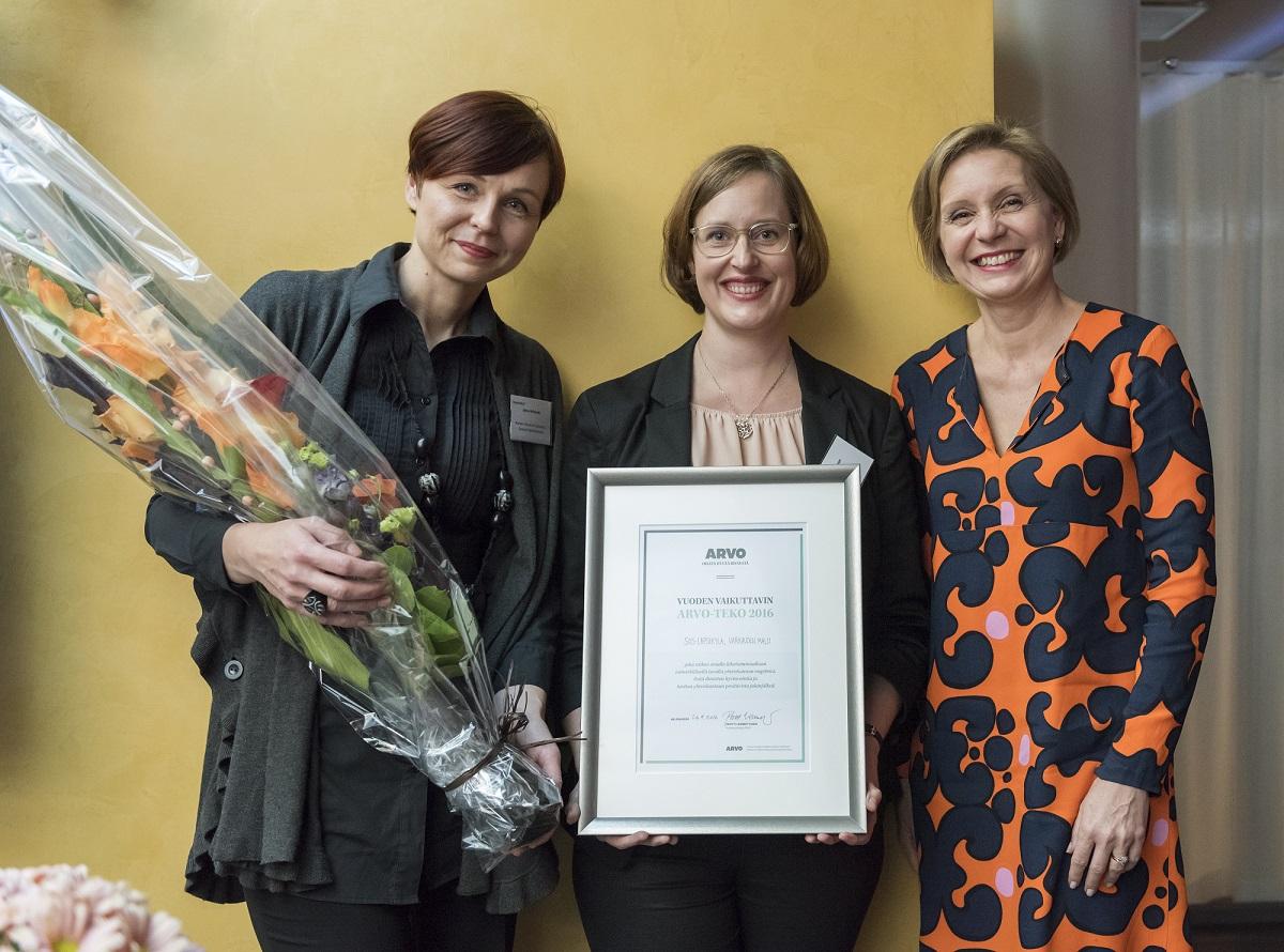 SOS-Lapsikylän toimitusjohtaja Marja Pajulahti (oik.), kehitysjohtaja Kati Palsanen ja Varkauden mallin kehittämisessä mukana ollut konsultti Jonna Heliskoski iloitsivat ARVO-teko-palkinnon voitosta.